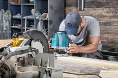 建造者处理与一台铣床的一个木板条 免版税库存图片