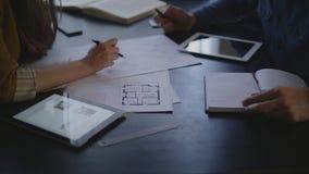 建造者妇女和她的客户是坐在的一个人 影视素材