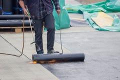 建造者工作者在水泥板绝缘材料工作 免版税库存图片