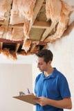 建造者行情为对天花板的损伤做准备 免版税库存图片