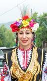 建造者 一名妇女的画象一套欢乐全国服装的在Nestenar比赛在保加利亚人村庄  免版税库存图片