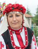 建造者 一名年长妇女的画象一套欢乐全国服装的在Nestenar比赛在保加利亚人村庄  免版税库存照片