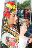 建造者 在音乐会前的一点酒在Nestenar比赛在保加利亚人村庄  免版税库存图片