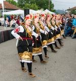 建造者 在Nestenar比赛的五颜六色的女性舞蹈在保加利亚人村庄  免版税图库摄影