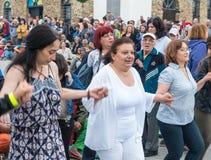 建造者 在Nestenar比赛的女性欢乐舞蹈在保加利亚人村庄  免版税库存图片