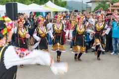 建造者 在Nestenar比赛的女性纵火舞蹈在保加利亚人村庄  库存照片