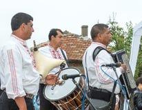 建造者 在Nestenar比赛的男性吉普赛合奏在保加利亚人村庄  库存照片