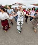 建造者 在Nestenar比赛的跳舞的保加利亚青年时期在保加利亚人村庄  图库摄影
