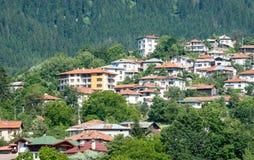 建造者 在Rhodopes斯莫梁的倾斜的住宅区 库存照片