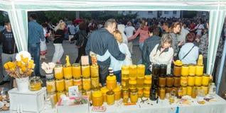 建造者 地方蜂蜜销售在Nestenar比赛的在保加利亚人村庄  免版税图库摄影