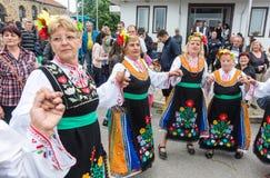 建造者 欢乐全国服装的跳舞妇女在Nestenar比赛在保加利亚人村庄  免版税库存图片