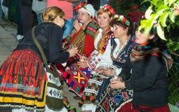 建造者 歌颂为一杯的夜酒在Nestenar比赛在保加利亚人村庄  库存照片