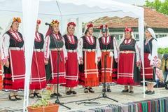 建造者 老妇人歌曲合奏Nestenar比赛的在保加利亚人村庄  免版税库存照片
