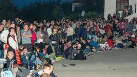 建造者 跳舞的夜观众在煤炭的在Nestenar比赛在保加利亚人村庄  免版税库存图片