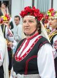 建造者 音乐会的一个年长参加者在一套欢乐全国服装的在Nestenar比赛在保加利亚人村庄  免版税图库摄影