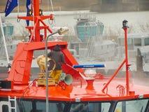 造船厂工作者在交付前清洗一艘新的船对custome 库存照片