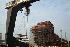 造船厂看法有跨骑起重机和船的建设中 免版税库存照片