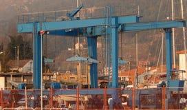 造船厂起重机,自走蓝色的台架 免版税库存照片