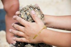 建造sant塔的儿童手 库存图片
