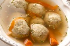 逾越节的传统Matzah球汤在关闭 库存照片