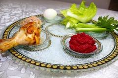 逾越节的Pesach符号食物 逾越节Seder板材以色列,希伯来语:逾越节碗 艺术夹子节假日犹太逾越节 免版税库存照片