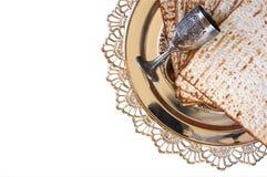 逾越节背景顶视图  发酵的硬面(犹太逾越节面包)和传统sedder板材 查出在白色 免版税库存图片