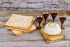 逾越节背景 在木板的酒和发酵的硬面犹太假日面包 免版税库存照片