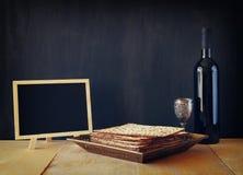 逾越节背景 酒和发酵的硬面(犹太逾越节面包)在木背景 图库摄影