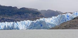 遇见一个冰河湖的蓝色冰河冰 免版税图库摄影