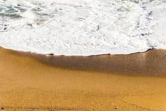 遇见与美好的白色纹理的波浪沙子在水 免版税库存照片