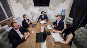遇见会议讨论公司概念的商人, 库存图片
