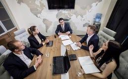 遇见会议讨论公司概念的商人, 免版税库存图片