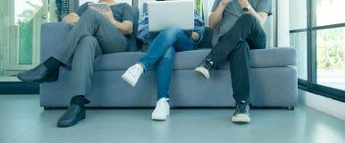 遇见公司数字式设备连接概念-全景横幅的商人 免版税库存图片