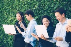 遇见公司数字式设备连接的亚裔商人 免版税库存照片