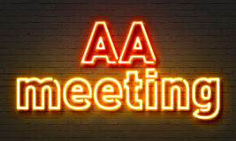 遇见在砖墙背景的AA霓虹灯广告 免版税库存照片