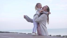 遇见妈妈和女儿 婴孩跑遇见她的母亲 股票视频