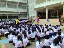 遇见活动的幼童军的泰国小学生 库存图片