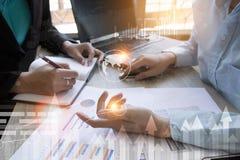 遇见礼物的企业队项目 职业投资者与新的项目一起使用 免版税库存图片