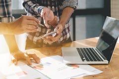 遇见礼物的企业队 工作与的职业投资者 免版税库存照片