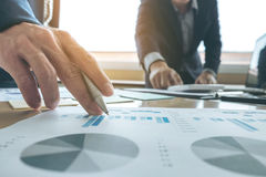 遇见礼物的企业队 秘书介绍新的想法和制造报告对有新的财务项目的职业投资者 免版税图库摄影