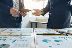 遇见礼物的企业队 秘书介绍新的想法和制造报告对有新的财务项目的职业投资者 免版税库存图片