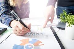 遇见礼物的企业队 职业投资者与新的起始的项目一起使用 财务经理任务 免版税图库摄影