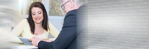 遇见财政顾问的妇女在办公室,光线影响 全景的横幅 免版税图库摄影