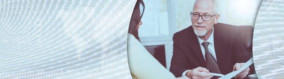 遇见财政顾问的妇女在办公室,光线影响 全景的横幅 免版税库存图片