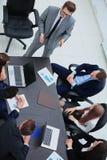 遇见通信讨论运作的办公室概念的商人 免版税库存照片