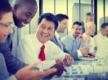 遇见通信讨论运作的办公室的商人 免版税图库摄影