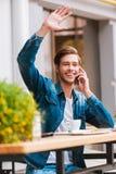 遇见他的咖啡馆的朋友 免版税图库摄影