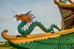 道士寺庙的塔和龙雕塑在宿务,菲律宾 免版税图库摄影