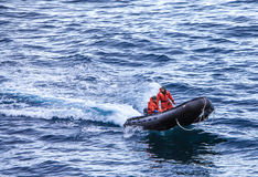黄道带的两个人从南极洲研究基地 免版税库存图片