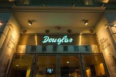 道格拉斯秀丽和芬芳商店在晚上 图库摄影